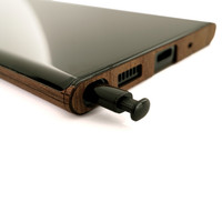 Toast wood cover for Samsung Note20 Ultra in walnut, detail.