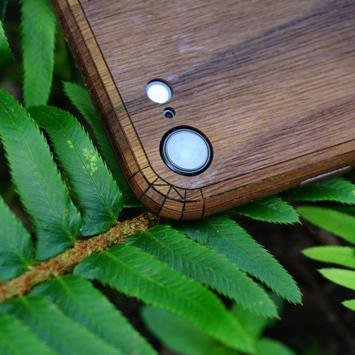 Toast wood iPhone SE (2nd gen) cover in walnut, camera detail.