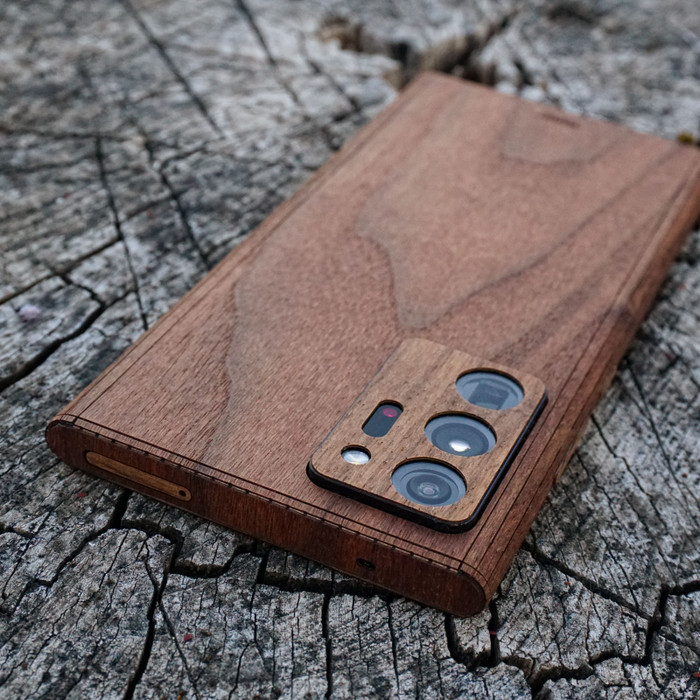 Toast cover for Samsung Note20 Ultra in walnut, detail.
