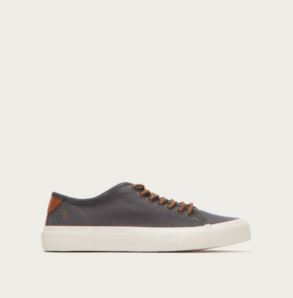 These canvas made lace -up sneakers are deliberately pared -back, so they look good no matter what your sense of style. The brand's signature is stamped discreetly at the side.