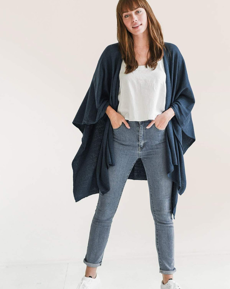 The must have wrap, perfect mid-weight weave for travel, lounging and everyday. The cotton cashmere blend makes it ultra soft and easy to dress up or down. Comes with complimenting travel bag for easy storage and travel.