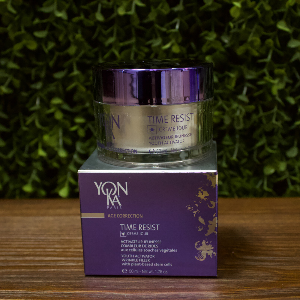 A dynamic duo that work together to prevent the signs of aging. The Time Resist Jour and Nuit offer a velvety lotion that helps protect from external factors such as free radicals and sun rays while enriching skin to give you a bright and energized complexion.