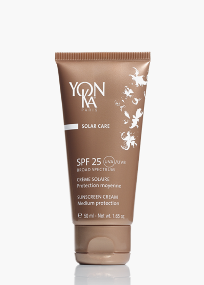 Suitable for all skin types, this hard working sunscreen filters harmful UVA and UVB rays and helps maintain skin hydration.