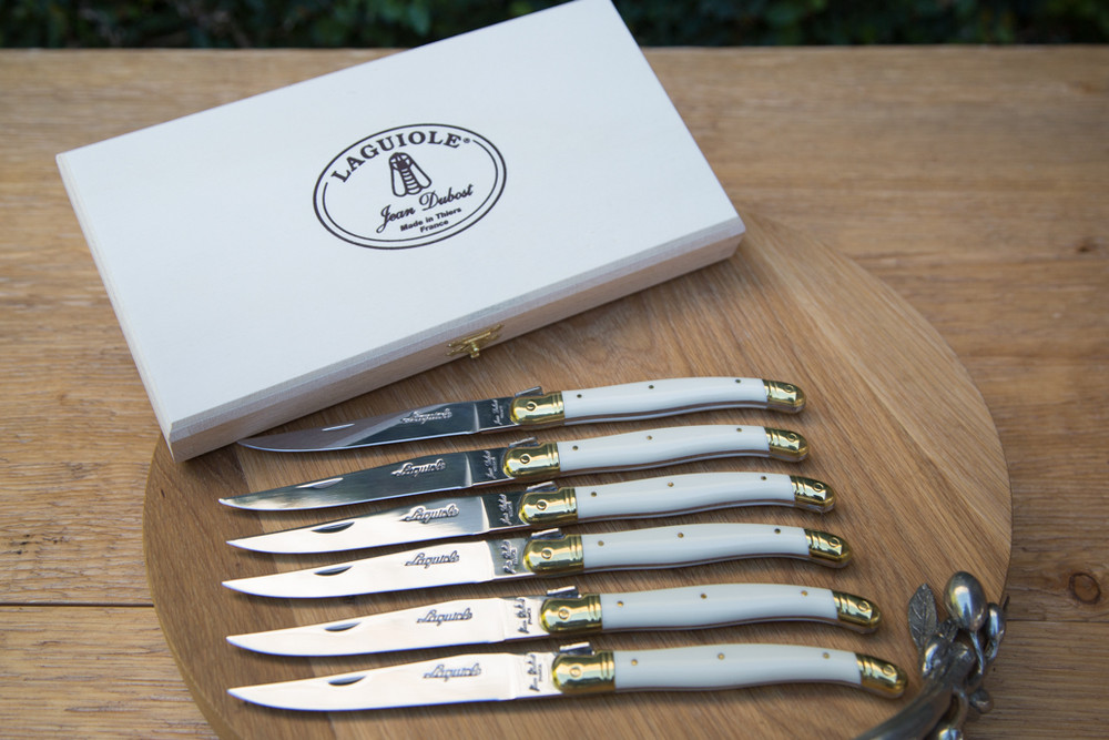 With handles that resemble horns, these steak knives add beauty to the kitchen.