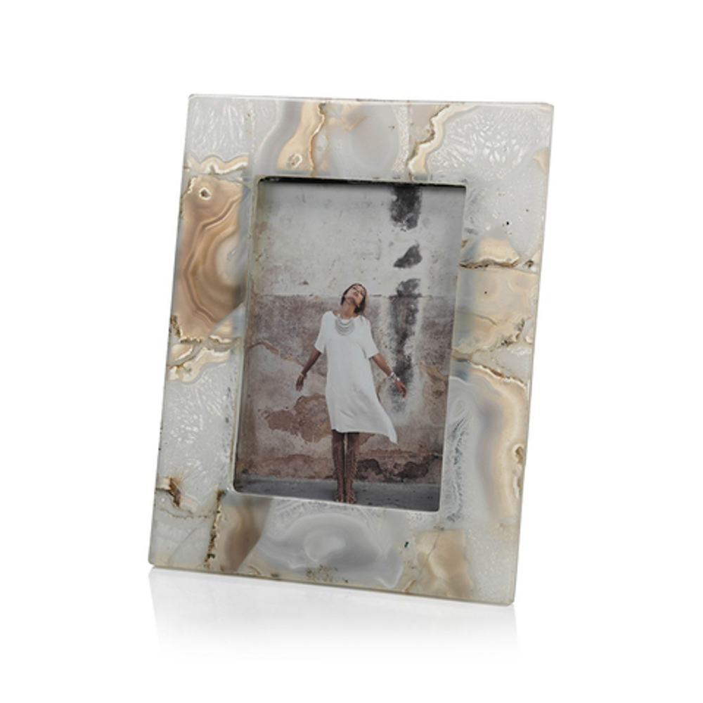 A natural and elegant photo frame, the agate perfectly brightens and reflects the light in your room while perfectly complimenting your memories.