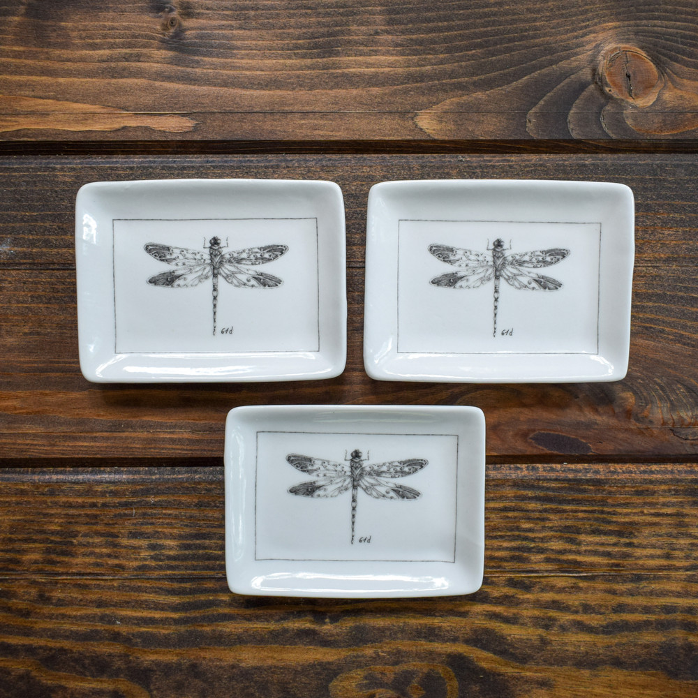 These ceramics place are a classic way to bring nature inside, a variety of four different insects available. The small dishes can be used as a spoon rest, soap holder or even a trinket dish.
