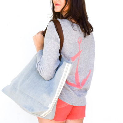 The perfect oversized beach bag! Made from fine Belgium Linen is has as much style as it does functionality, the leather handles offer the perfect accent. This will be your new go-to everything bag!