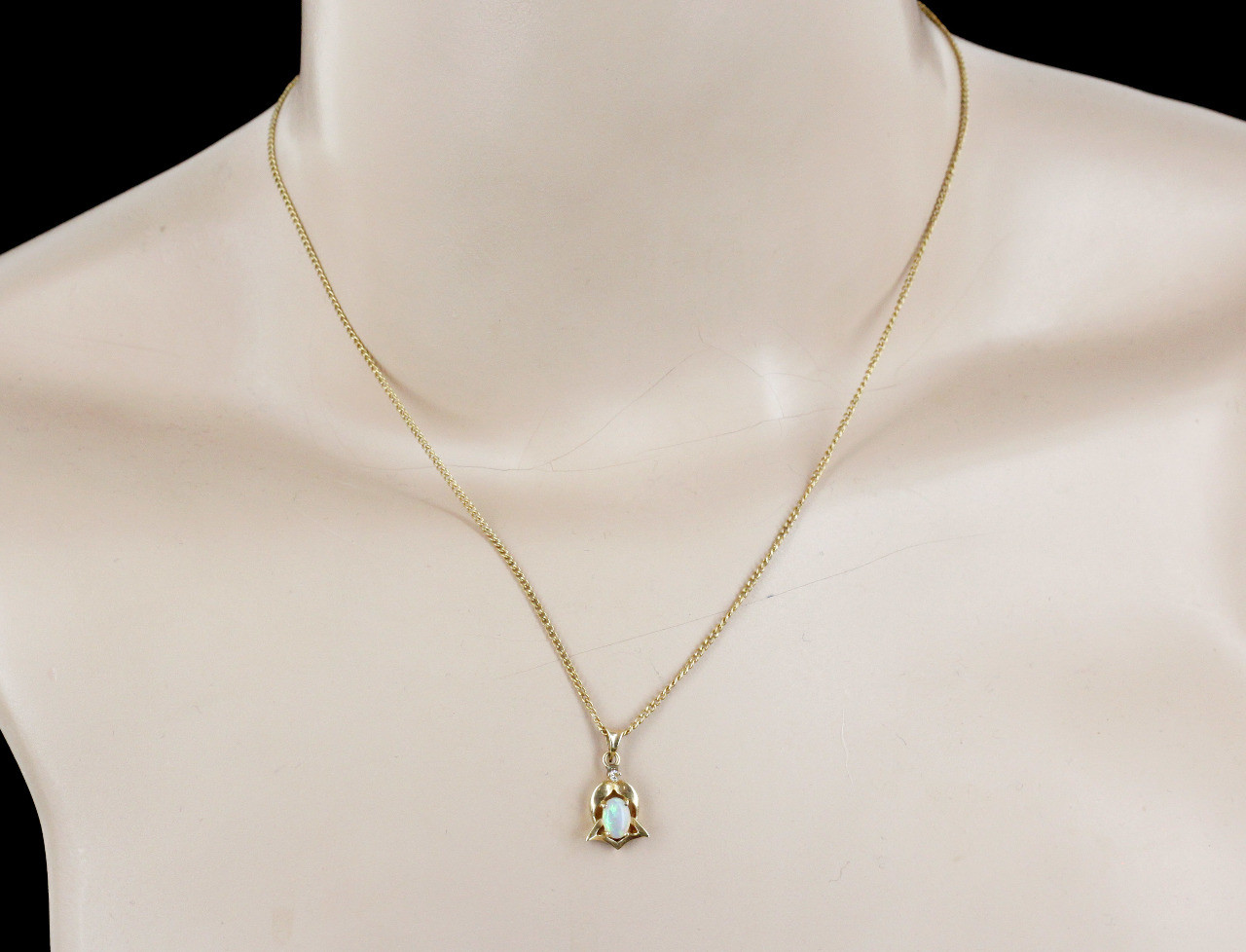 Vintage 14K Yellow Gold Diamond and Australian Jelly Opal Pendant Necklace 24