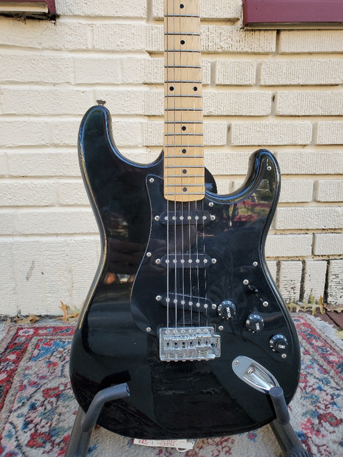 80s/90s Epiphone (Epi) Stratocaster Style Guitar MIK Black on Black w Gig Bag ~ Very Good+ Condition