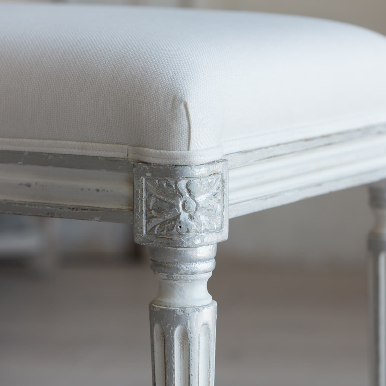 Outstanding Eloquence King Boudoir Bench In White Linen And Silver Two Tone Finish Showroom Sample Frankydiablos Diy Chair Ideas Frankydiabloscom