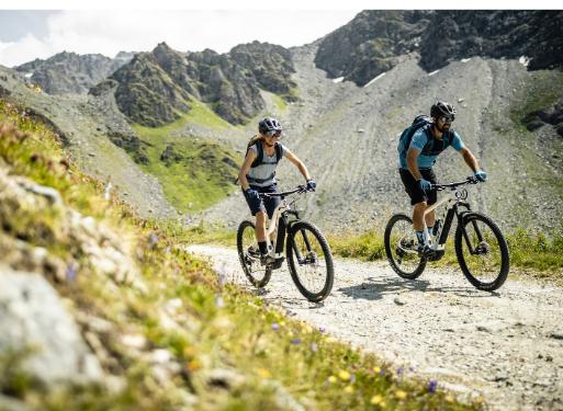 Two riders enjoying going downhill on their Scott Trekking ebike