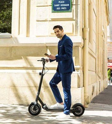Man on his Walberg electric scooter in a Paris street