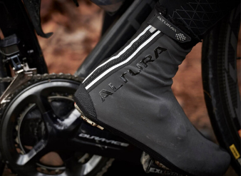 Zoom on Altura cycling overshoe with reflective details