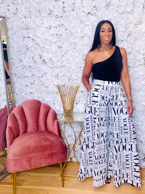 Wide Palazzo Pants with Side Zip and Side Pockets in Contrasting Black and White Graphic Print. 95% Polyester 5% Spandex