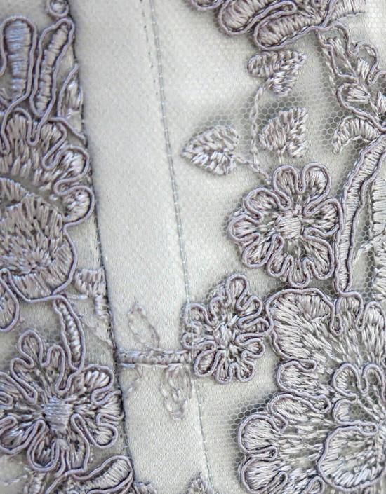 Corsetto da cerimonia in pura duchesse di seta grigio perla doppiato con pizzo rebrodé.