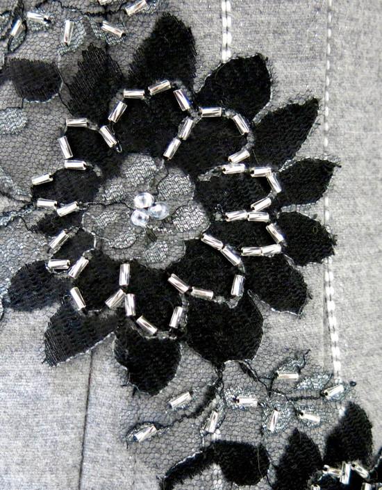 Corsetto in lana e seta con applicazioni di pizzo ricamato a mano.