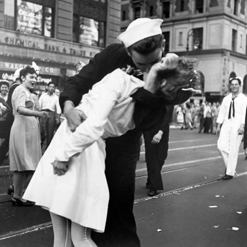 Jorgensen Victor Il bacio del Addio guerra in Times Square 1945 Figurativo cm77X77 Immagine su CARTA TELA PANNELLO CORNICE Quadrata