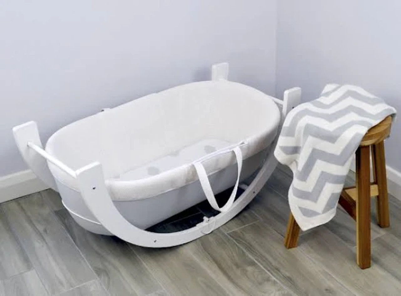 Shnuggle Curve Stand White at Baby Barn Discounts The Shnuggle Curve Stand adds a sleek modern aesthetic to the Shnuggle Moses Basket. A beautiful and convertible matte white stand that can be used fixed and standing or low and rocking. Easily foldable and portable.