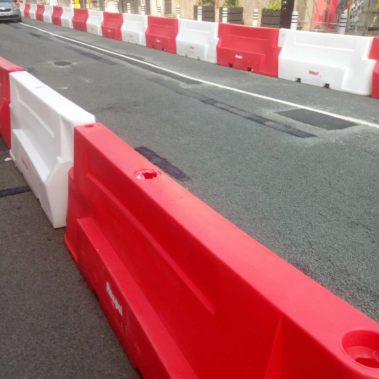 Novus 2 meter red and white water filled road barriers