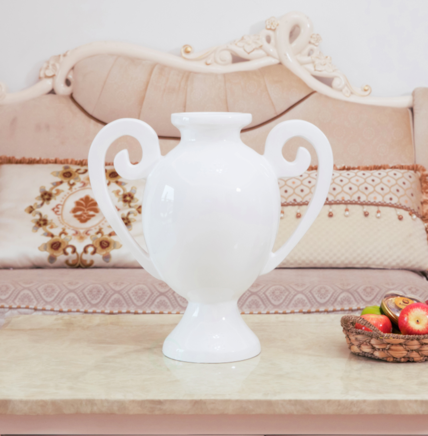 How to choose a vase for interior decoration? Check out our collection of glass vases décor, tall floor vases, white and black vases, flowers in vase, ceramic vases and more.
