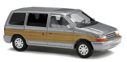Busch HO 44623 1990 Plymouth Voyager Minivan, Silver with Wood Panels