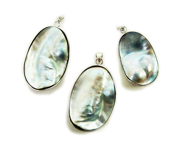 25x35mm - 35x45mm Mother of pearl oval pendant
