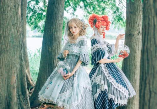 Model Show (headdress: P00651, petticoat: UN00026) Right: blouse underneath: TP00177, gloves: P00581