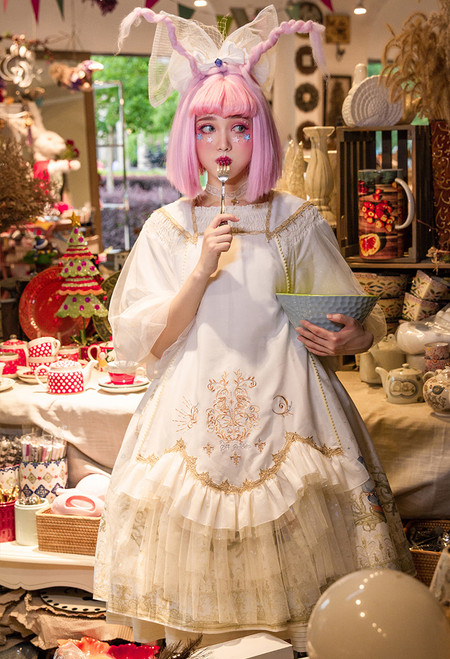 Model Show (headdress: P00711, dress: DR00280, petticoat: UN00026)