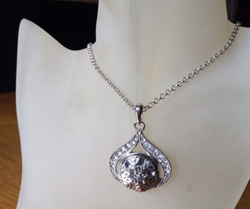Silver Plated Noosa Heart Pendant Necklace with Snowflake Snap Button with gift box