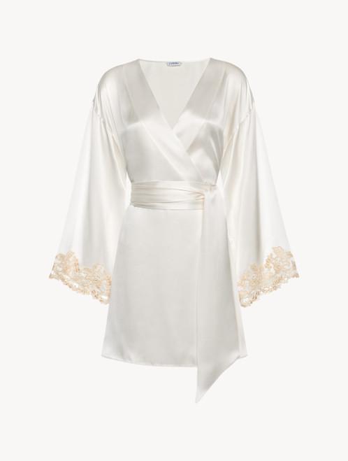 Robe de chambre courte en satin de soie blanc avec broderie en guipure « frastaglio »