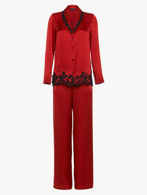 Pyjama en soie rouge rehaussée d'une broderie en guipure «frastaglio»