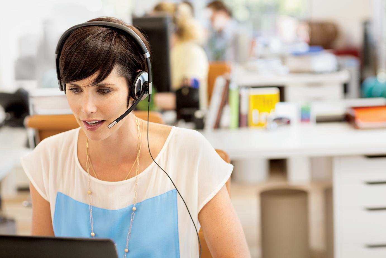 blackwire-700-woman-desktop-rgb-screen-092012.jpg