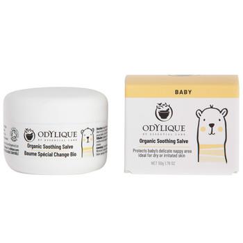 Odylique Organic Soothing Salve er ren, kremet og rik på fuktighetgivende sheasmør. Bioaktive kamomille brukes for å berolige og lindre sårhet. Organic Soothing Salve beskytter babyens sensitive hud mot fuktighet, bleiegnag og irritasjon. Produktet egner seg også mot tørr hud og skurv i hodebunnen. Salven er mild nok til å kunne brukes til babymassaje fra de er nyfødte.