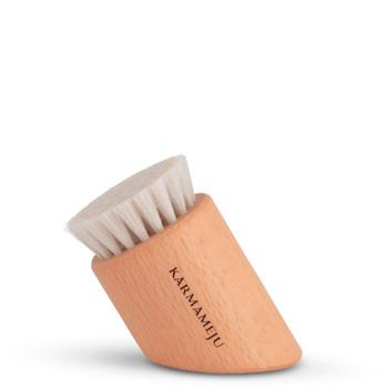 Karmameju RENEW Face Brush  en tørrbørste for ansikt som stimulerer og eksfolierer skånsomt fast hud og motvirker mørke ringer.