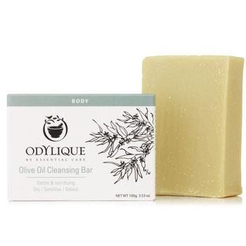 Odylique Pure Olive Cleansing Bar er et økologiske såpestykke laget for å kunne brukes på selv den mest sensitive hud. Såpestykket, som er laget med olivenolje, gir deg en ansiktsrens som mildt fjerner skitt og smuss fra både hender, kroppen og ansiktet uten å strippe huden for dens naturlige oljer.