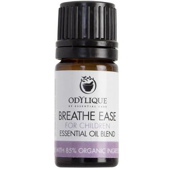 Odylique essensiell olje Blend Breathe Easy (barn) en antiviral, penetrerende og oppklarende blanding av økologiske essensielle oljer. Super å ha når du er forkjølet. Kan brukes i en fordamper, duftes inn fra et tørkle eller i en bolle med varmt vann. Denne blandingen kan brukes av barn under 10 år. For barn over 10 år og oppover se Breathe Ease for voksne.