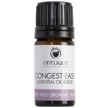 Odylique essensiell olje Blend Congest Ease en antiviral blanding av økologiske essensielle oljer. Super å ha når du er forkjølet for å lette trykket i luftveiene. Kan brukes i en fordamper, duftes inn fra et tørkle eller i en bolle med varmt vann. Denne terapeutiske konsenstrasjonen av essensielle oljer anbefales ikke til barn under 10 år.