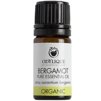 Odylique essensiell olje Bergamott, denne nydelige essensielle oljen er kaldpresset fra bergamotfruktens skall og har en forfriskende sitrusduft. Bergamott virker oppløftende og hjelper til å roe ned nervøsitet/angst, fremmer god hvile og søvn. Oljen er antiseptisk og rensene for urinveiene og huden.