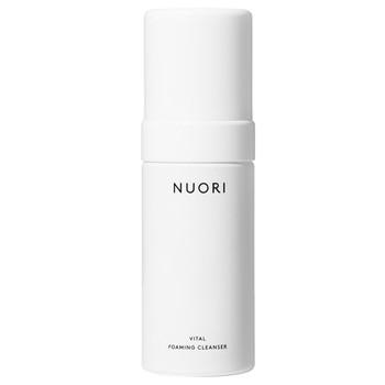 NUORI Vital Foaming Cleanser er en luksuriøs, kremete og naturlig ansiktsrens som fjerner smuss og sminke uten å strippe huden for sine naturlige oljer.