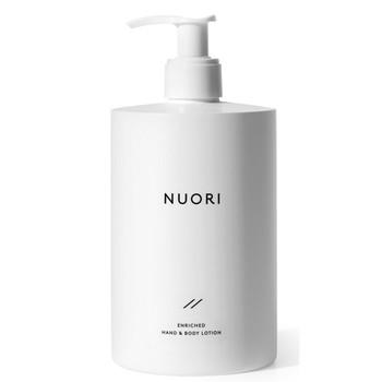 NUORI Enriched Hand & Body Lotion lukter friskt, er lett i konsistensen og gjenoppretter hudens fuktighet etter vask. Inneholder sheasmør, squalene, druekjerneolje og mandelolje.
