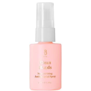 BYBI Beauty Clean Hands er en desinfiserende spray med naturlige og veganske ingredienser. Hånddesinfeksjonssprayen er fuktighetsgivende. Den tar bort bakterier samtidig som den fukter og beroliger tørre hender. Reduserer rødhet, beroliger betennelse og gir næring til hendene.