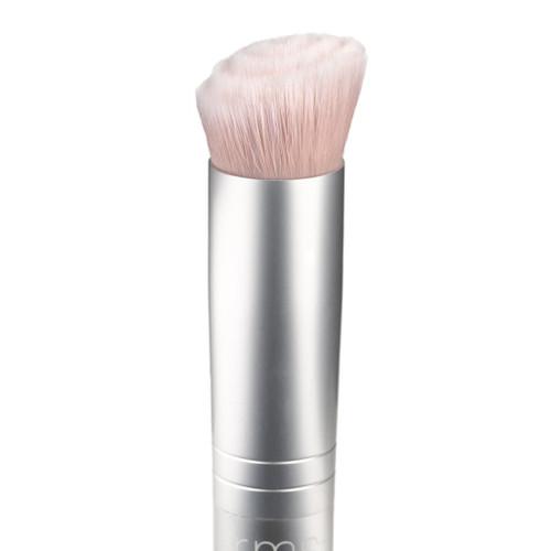 Foundation Brush er utviklet for enkelt å følge ansiktets konturer slik at foundation fordeles enkelt og porer og ujevnheter dekkes over uten at kosten drar i huden.