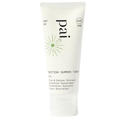 Pai British Summer Time Sunscreen er en sertifisert naturlig solkrem for ansikt fra ekspertene på sensitiv hud, Pai Skincare.Som en drøm som går i oppfyllelse jobber det naturlige, fysiske UV-filteret sinkoksid mot UVA og UVB, mens bomullsekstrakt samtidig jobber med å reparere huden for skader den har fått fra nettopp UVB, UVA, infrarødt og synlig stråling. Lett å påføre. Klisser ikke. Egnet for sensitiv hud.