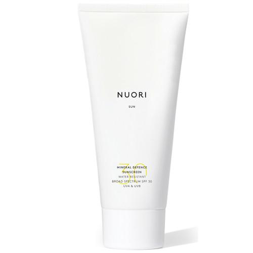 NUORI Mineral Defence Solkrem Water Resistant er en naturlig solkrem for ansiktet og kroppen som er svært vannavstøtende. Den gir huden næring og etterlater den med en sunn glød.
