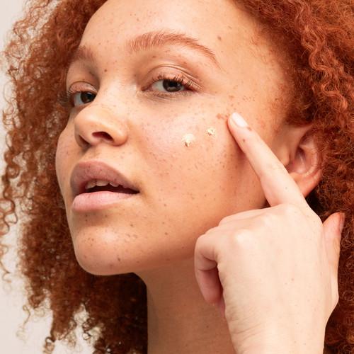 Pai Skincare økologisk Impossible Drops er en flytende bronzer med hyaluronsyre. Påføring.