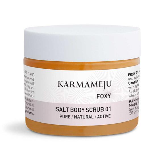Karmameju FOXY Salt Body Scrub er en eksfolierende og aromaterapeutisk kroppsskrubb med havsalt og krystallsalt fra Himalaya som er med på å rense huden og bekjempe tørr hud.