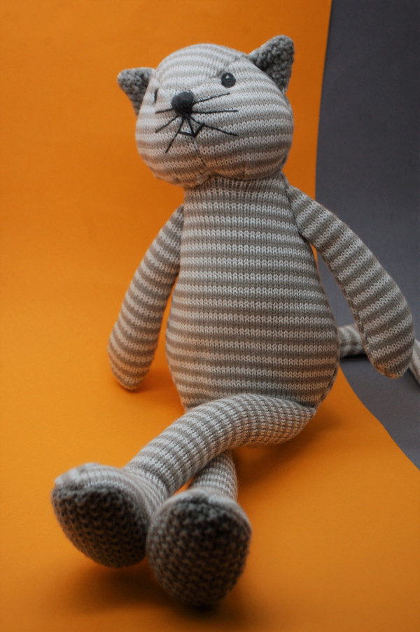 Knitted cat