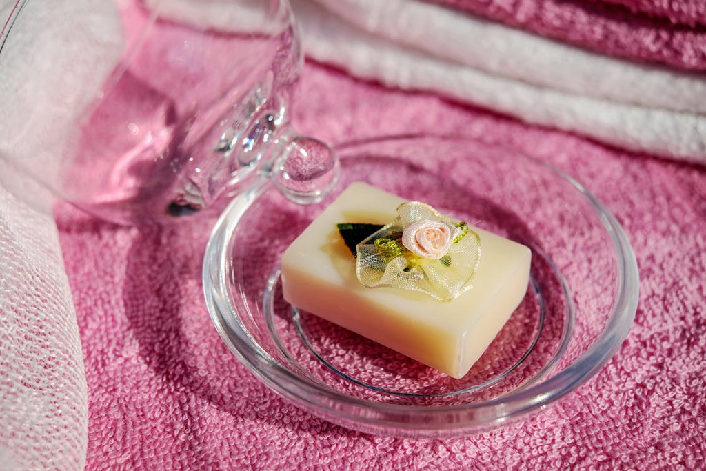The clean, bright aroma of a new bar of soap. Holds hints of floral fragrances and is reminicent of cleanliness itself.