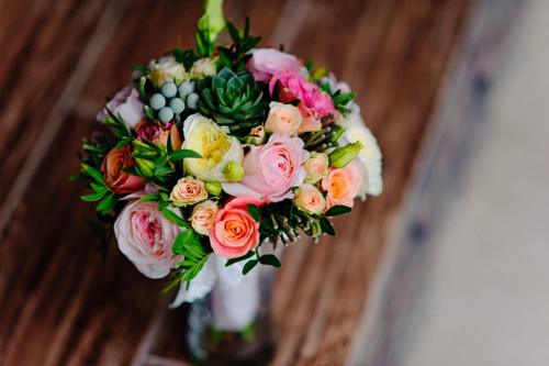 The luscious and bright scent of fresh flowers. Fills a space with a pleasent and blossoming essence.