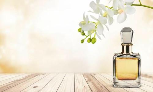 A sophisticated blend of mandarin and jasmine petals.